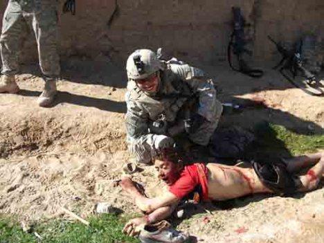 Andew Holmes berpose dekat mayat Gul Mudi. (Andrew Holmes poses with Gul Mudin's body).