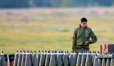 Tentara Israel Melihat Bom-bom yang akan dijatuhkan di Gaza