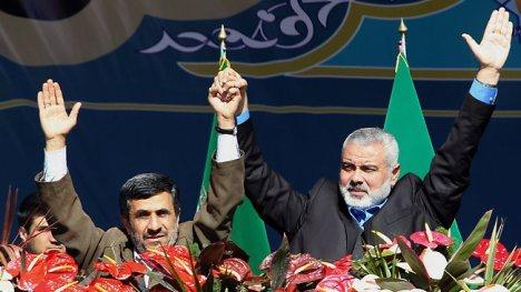 Foto Ismail Haniyeh dan Ahmadinejad bergandengan tangan