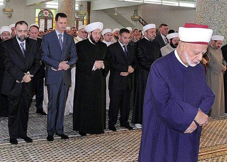 Bashar Sholat di Belakang Imam Sunni