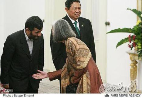 Ahmadinejad_handshake2