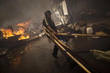 Demonstran Membakar Barikade