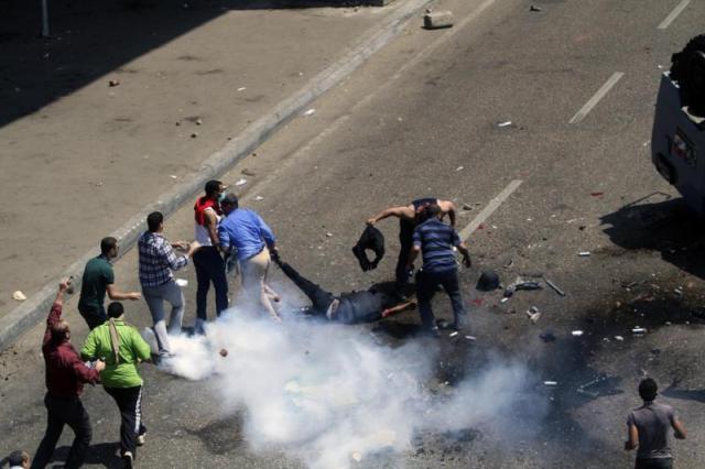 IM Keroyok Polisi Mesir