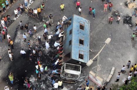 Massa Mursi Gulingkan Truk