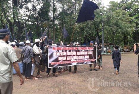 20140105_103559_pemakaman-jenazah-teroris-ciputat-di-tpu-pondok-rangon